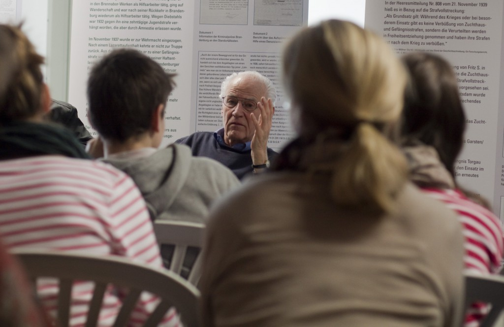 Ludwig Baumann im Gespräch mit Schülerinnen und Schülern